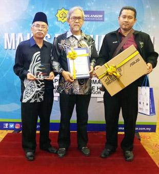 Dari kiri: Pendaftar IUKL, Tuan Hj Md. Mokhtar, Timbalan Naib Canselor (Akademik dan Penyelidikan), Profesor Dr. Ideris Zakaria dan Ustaz Sabri menerima hadiah dan sijil penghargaan dari Lembaga Zakat Selangor.