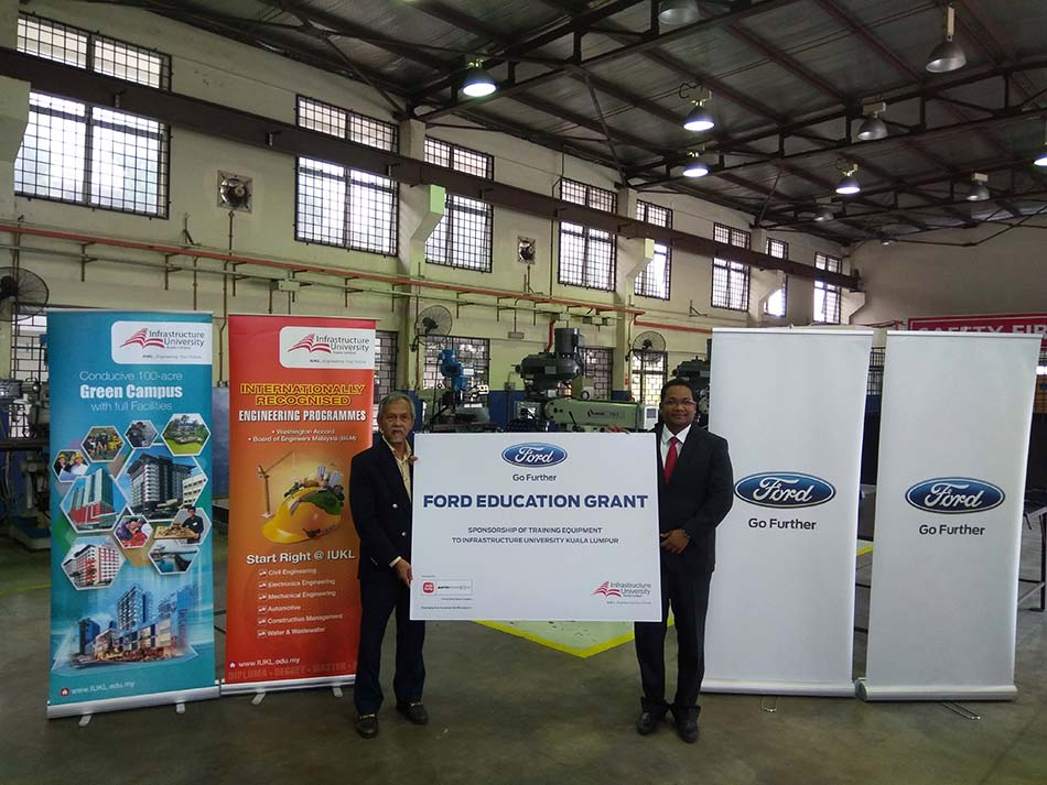 (From left) Professor Dr. Ideris Zakaria, Acting Vice Chancellor of IUKL receiving the grant from Mr. Syed Ahmad Muzri Syed Faiz, the Managing Director of Sime Darby Auto Connexion.