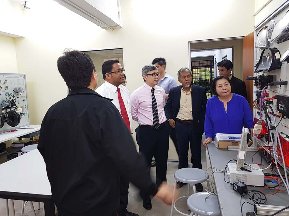 Delegates from Sime Darby Auto Connexion (SDAC) visiting the automotive workshop and labs in Block 3, Mechanical and Automotive Engineering Department, IUKL