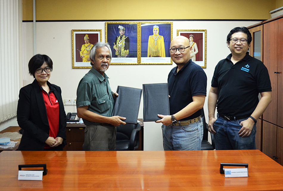 Official Memorandum of Agreement (MoA) signing ceremony between IUKL and BioGenes Technologies Sdn. Bhd. From left Assoc. Prof. Dr. Kong Wei, Deputy Vice-Chancellor IUKL, Prof. Dr. Ideris Zakaria, President & Vice-Chancellor IUKL, Mr. Tang Kok Mun, CEO, BioGenes Technologies Sdn. Bhd., Mr. Cheng Kim Sing, Director, BioGenes Technologies Sdn. Bhd.